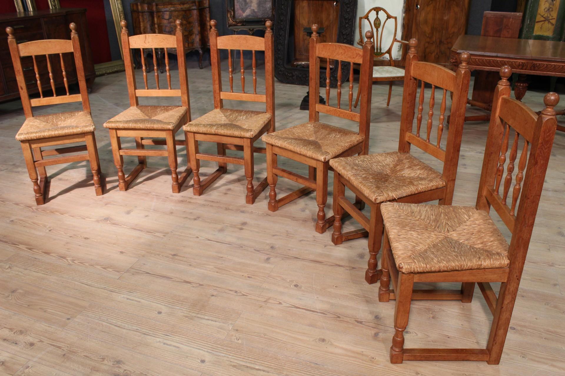 Gruppo di sedie in legno e paglia