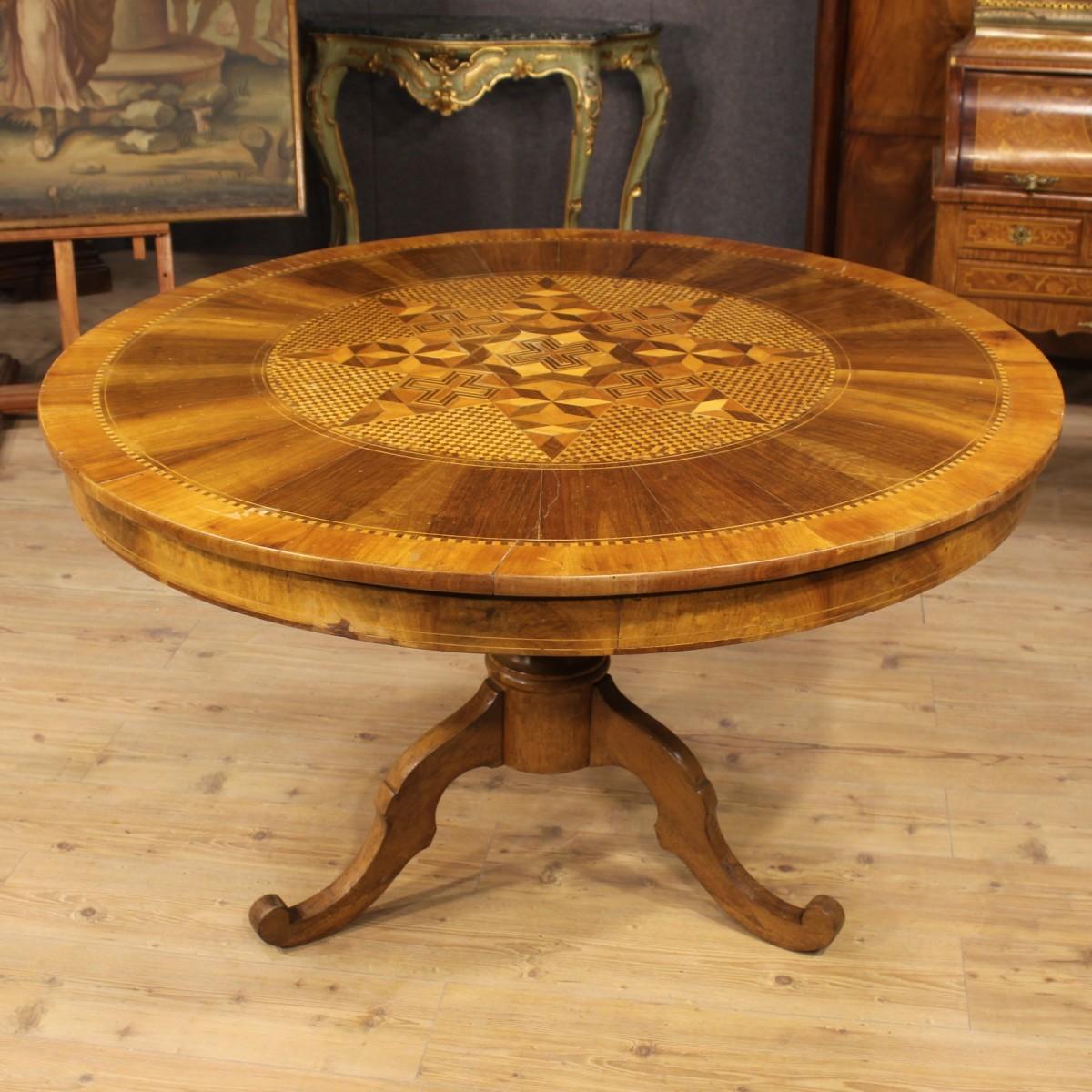 Tavolo italiano in legno scolpito e intarsiato del xix secolo for Tavolo legno intarsiato