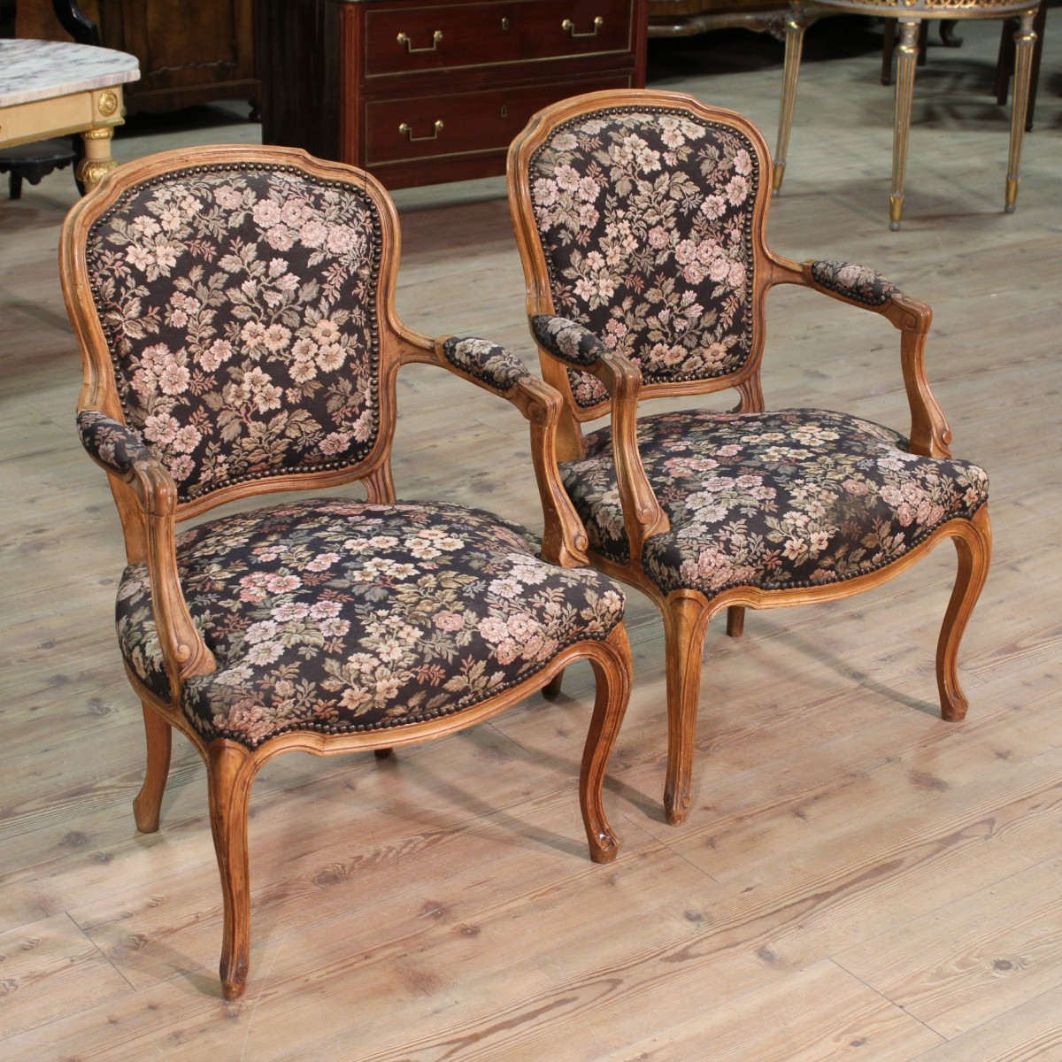 Coppia di poltrone francesi in legno di faggio del xx secolo for Poltrone sedie