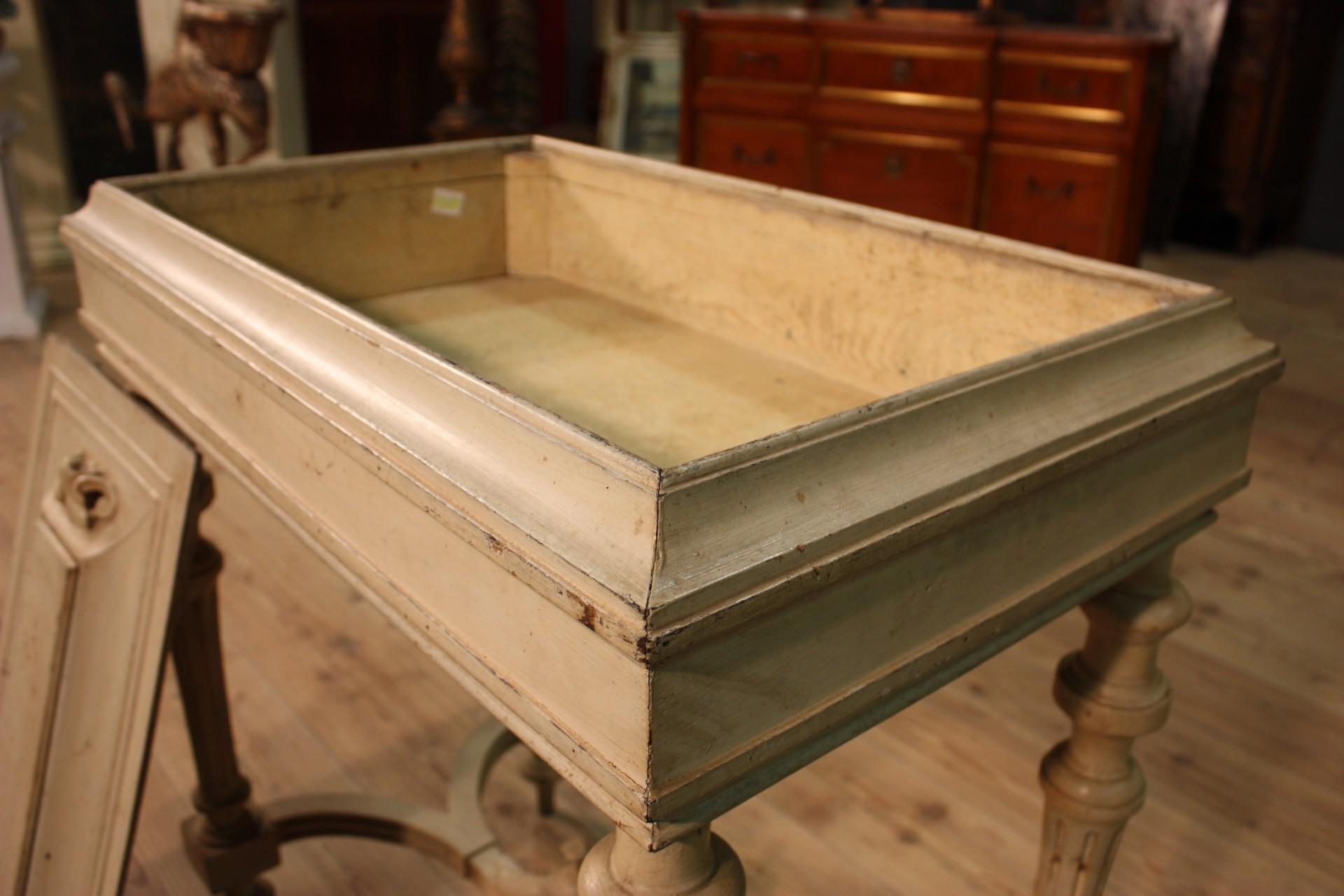 Kleiner tisch antike holz lackiert mobil tabelle aus - Holz hartegrade tabelle ...