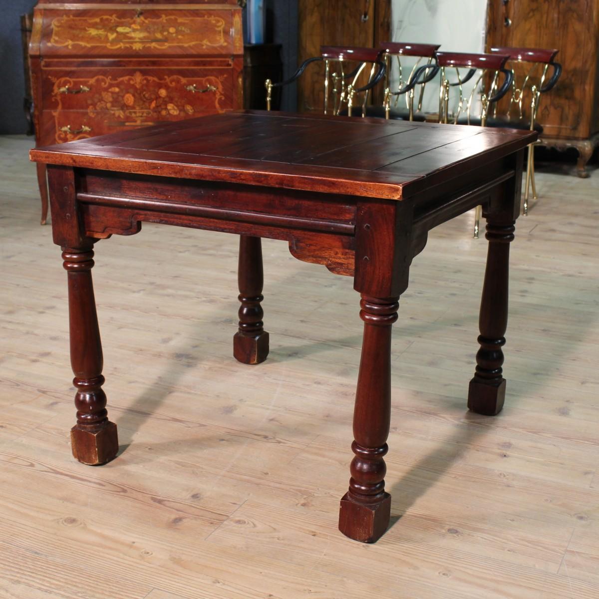 Tavolo quadrato in legno scolpito for Mobile tavolo