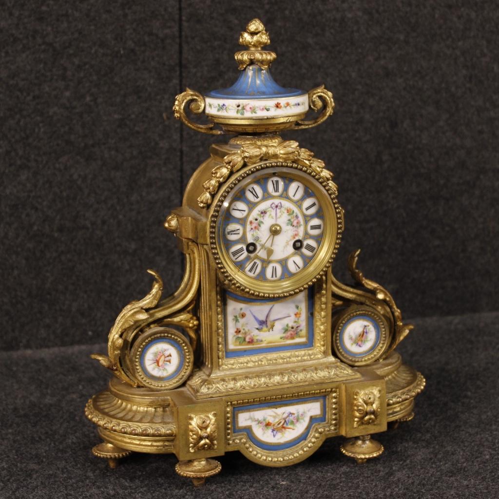 Orologio francese in bronzo o ottone dorati con ceramica dipinta